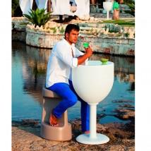 Mesa con forma de copa de vino.